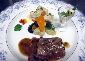黒毛和牛と津軽鶏の料理
