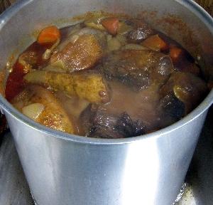 牛タンを煮込んでいます